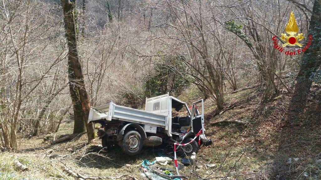 Porto Valtravaglia: camion finisce in una scarpata, uomo in codice giallo all'Ospedale di Varese