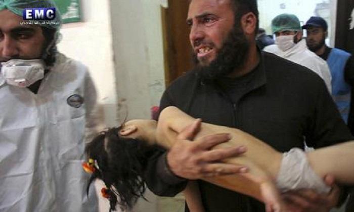 """Siria, 58 morti per raid aereo e sospetto uso di gas. Ong: """"Strage di minori, il bilancio potrebbe aggravarsi"""""""